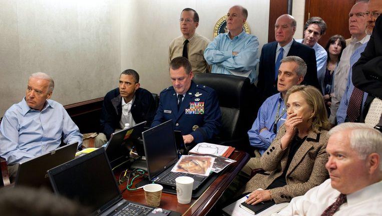 In het Witte Huis kijken onder andere president Obama en minister van Buitenlandse Zaken Hillary Clinton naar updates over de actie tegen Osama bin Laden. Beeld epa