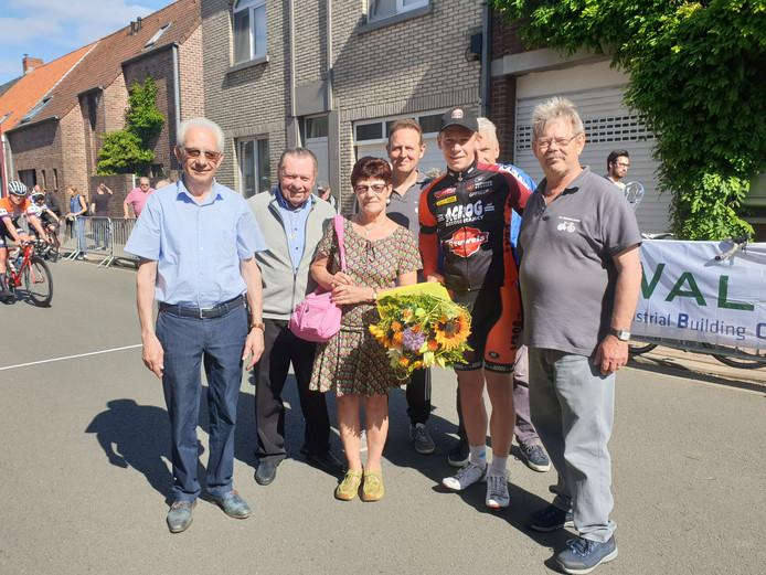 Arjan Poleij poseert met de bloemen in Ruiselede.
