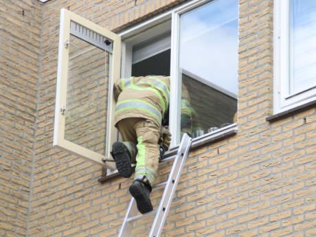 Moeder opgesloten op balkon door zoontje, brandweer bevrijdt haar