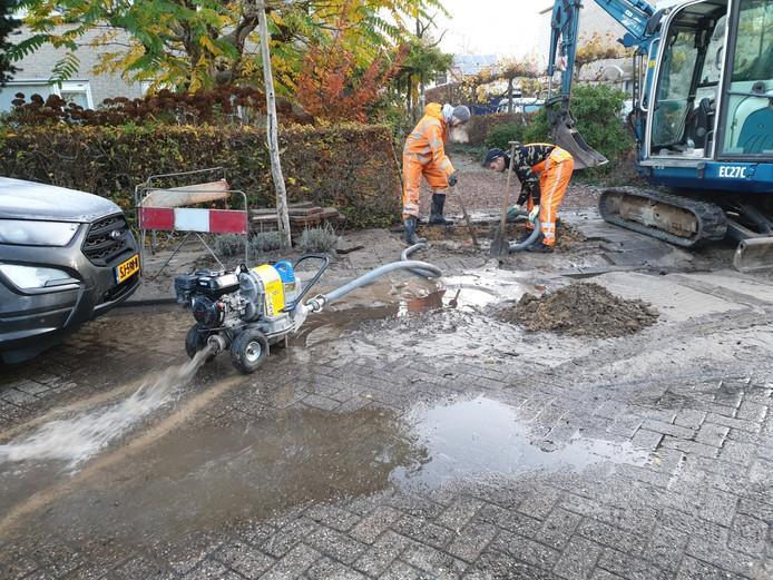 Aan de Dokter Rupertlaan in Soest is een waterleiding gesprongen.