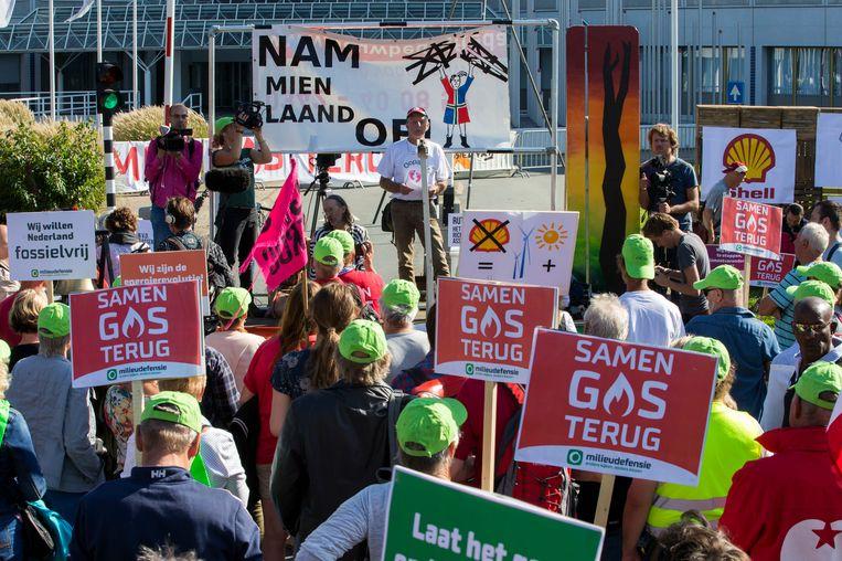 Demonstranten tegen de winning van aardgas en aardolie bij het hoofdkantoor van de NAM in 2016. Beeld ANP