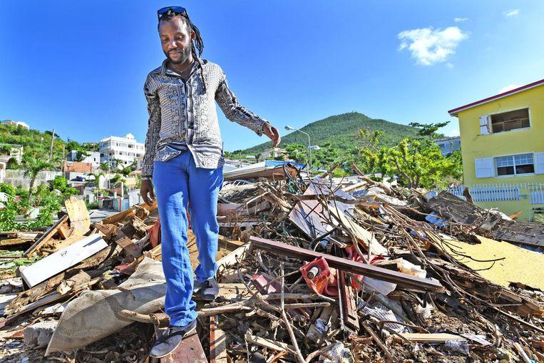 Drie maanden later. Tafari Johnson Hodge op de restanten van zijn huis in Middle Region. Beeld Guus Dubbelman / de Volkskrant