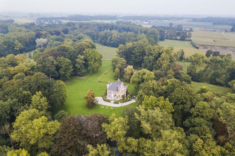 Een fantastisch bovenaanzicht op kasteel Ter Heyde en het 24 hectare groot domein errond.