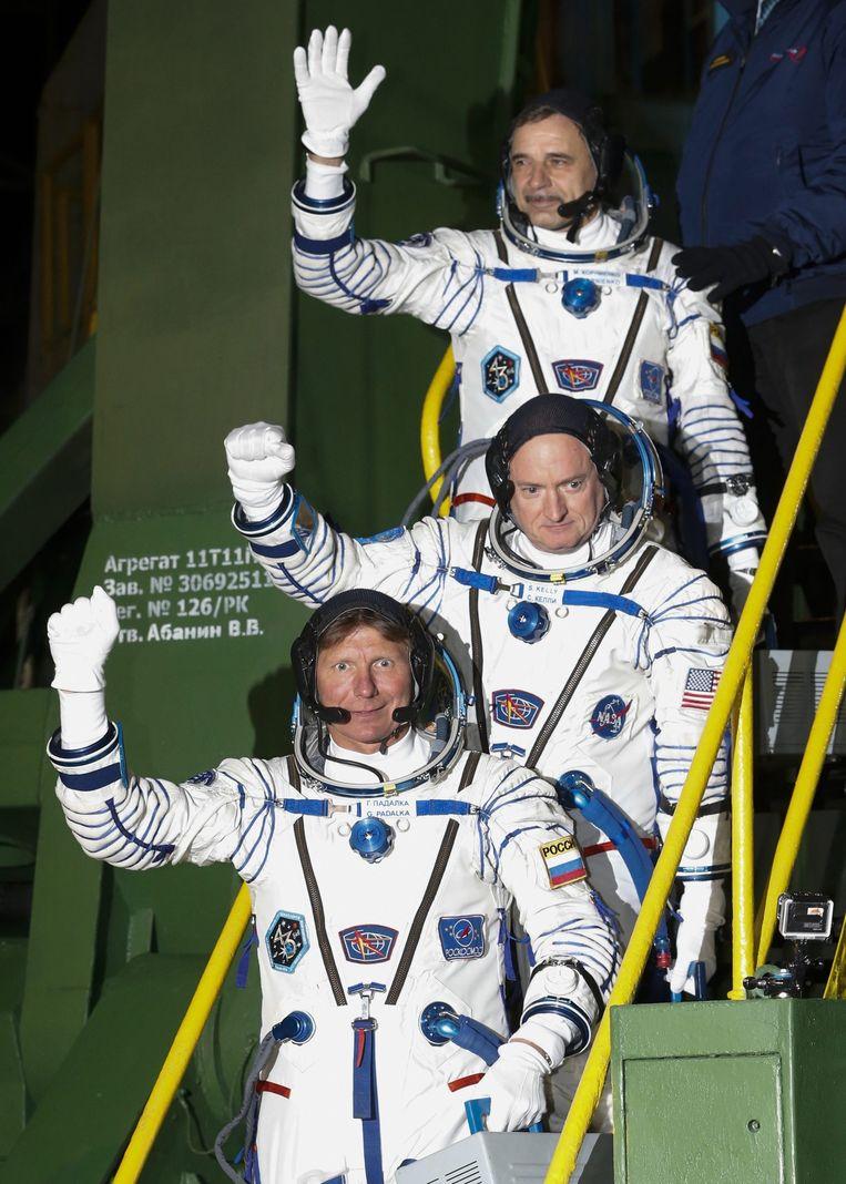 Scott Kelly (midden) en Michail Kornienko (top) bij hun vertrek bijna een jaar geleden. Beeld epa