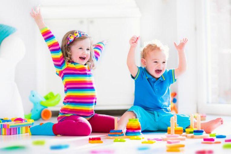 Avontuurlijke jongens aan de speelgoedautootjes en verzorgende meisjes aan de poppen? Met die genderstereotypen willen zowel Frankrijk als Nederland komaf maken.