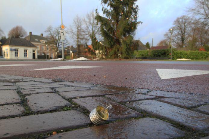 In 2012 trokken vandalen lampjes uit de boom in Rheden. Deze werden op straat kapot getrapt.