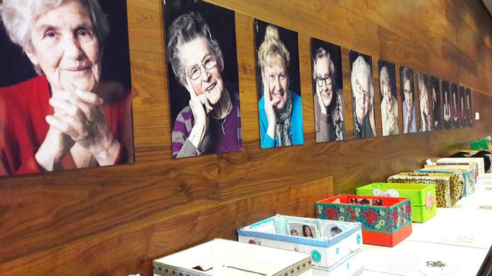 In de foyer van schouwburg De Kring zijn woensdagmiddag werkstukken te zien die ouderen samen met kunstenaars maakten. In de kleine zaal was de afsluitende presentatie met zang, dans en muziek van Tijd van je leven, kunstproject van de GGD voor ouderen.