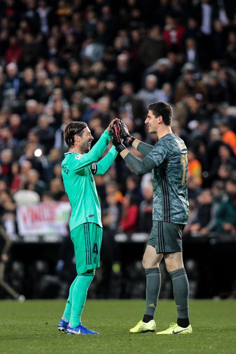 Sergio Ramos met de felicitaties voor Courtois.