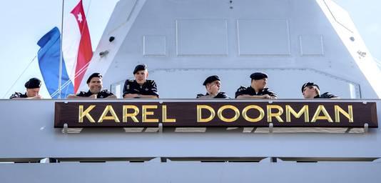 De Karel Doorman vervoert niet alleen militairen, maar is in 2014 ook ingezet om hulpgoederen af te zetten in de strijd tegen Ebola in Afrika.