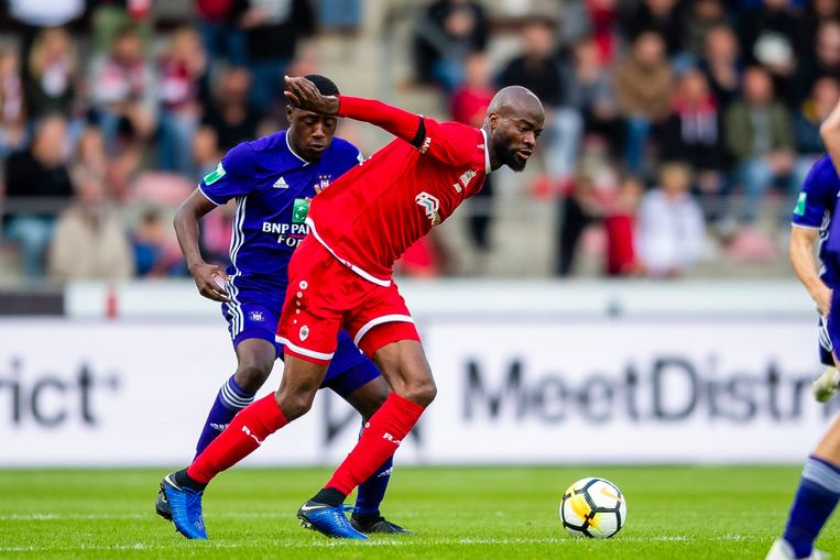 Lamkel Zé, maker van de 1-1 tegen Anderlecht, houdt Appiah af.