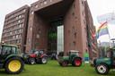 Boeren op trekkers bij de Wageningen Universiteit, ze kwamen af op het boerendebat van De Gelderlander.