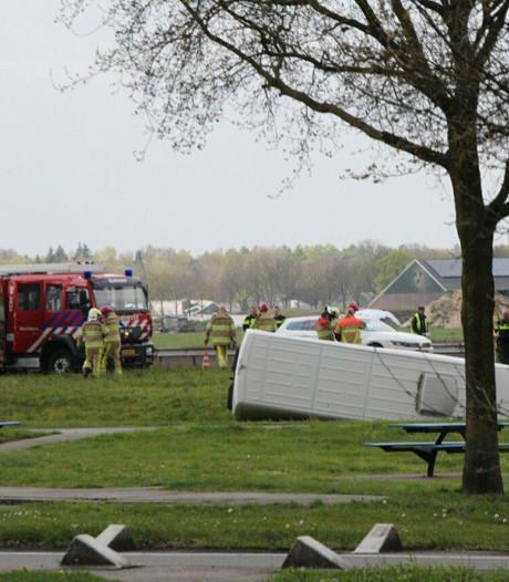 Bestelbus op z'n kant na ongeval op A1 tussen Holten en Bathmen