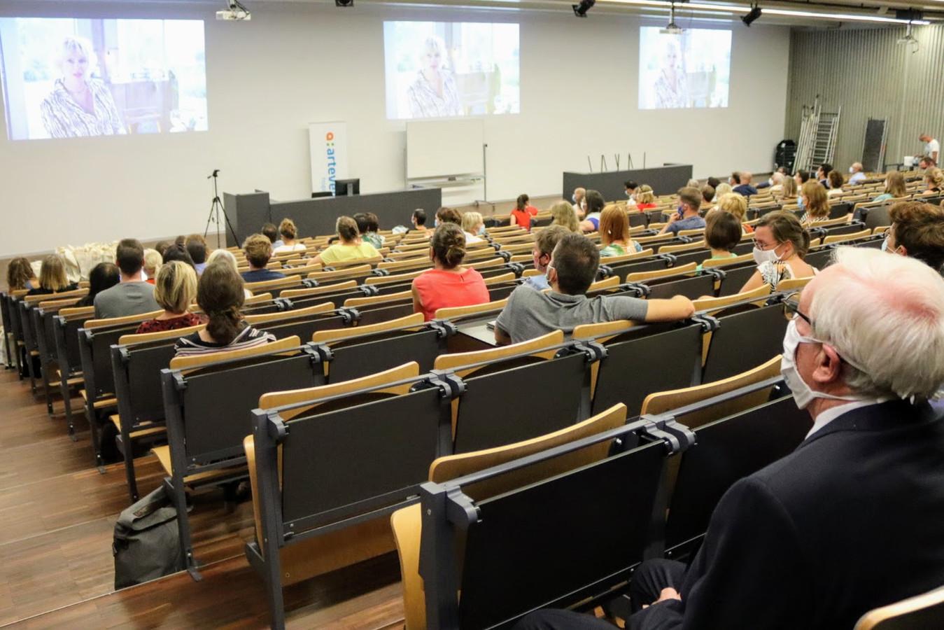 In een half gevuld auditorium aan de Voetweg volgden medewerkers van Arteveldehogeschool het startevent van de onderwijsinstelling. Uiterst recht: Tony Van Parys.