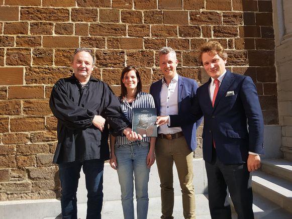 Auteur Stijn Moekaars, projectcoördinator Laurien Danckaerts, schepen van Cultuur Kristof Welters en prins Simon de Merode stellen het boek voor.