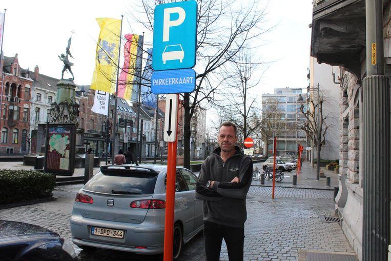 Volgens tavernehouder Koen Put is de situatie duidelijk: voor dit bord is een parkeerkaart verplicht, maar eens voorbij het bord niet meer.