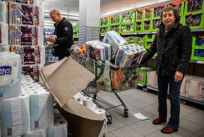 Supermarkten willen dat ze 's nachts door kunnen gaan met het leveren van vracht bij de winkels. Dit moet lege schappen voorkomen. Nederlanders zijn sinds een week flink aan het hamsteren.