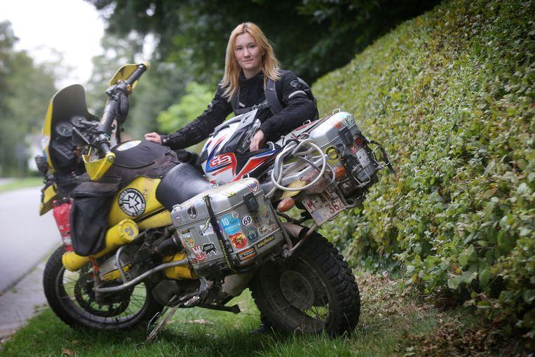 """Jessica Leyne bij haar motor. """"Het is een straf als ik een dag niet kan rijden"""", zegt ze."""