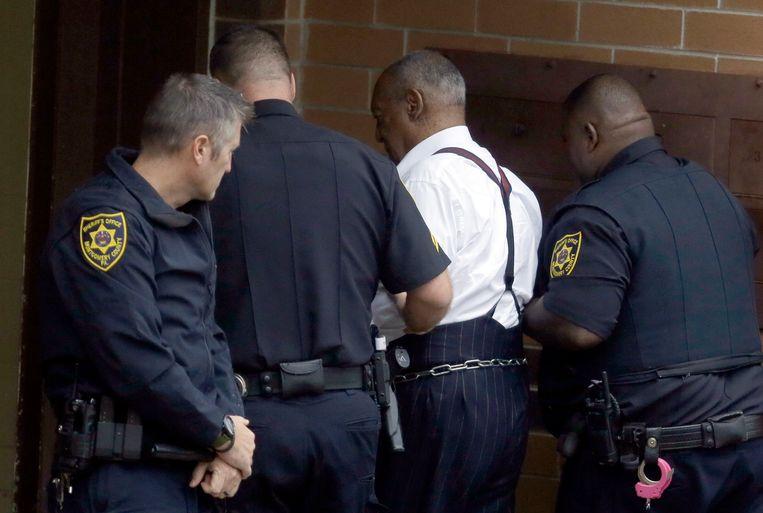 Bill Cosby wordt naar de gevangenis geleid na het vonnis.  Beeld AP