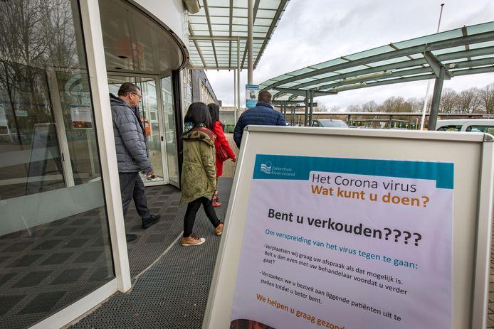 Coronavirus waarschuwings- en informatie borden bij entree ziekenhuis Rivierenland Tiel.