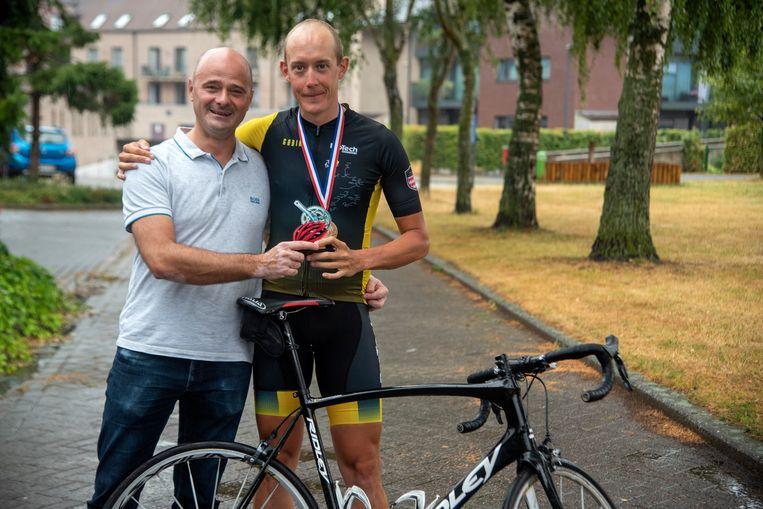 Frédéric De Backer wordt gefeliciteerd door schepen Dietbrand Van Durme (Eén Wetteren) voor zijn derde tourdeelname.