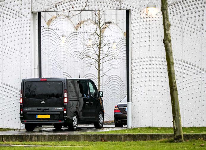 Archiefbeeld van beveiligde auto's bij de extra beveiligde rechtbank op Schiphol voor een zitting in het grote liquidatieproces Marengo