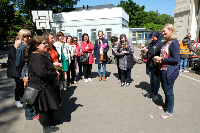 Ouders zetten leerkrachten van De Vlinderboom in het Te Boelaerpark letterlijk in de bloemetjes