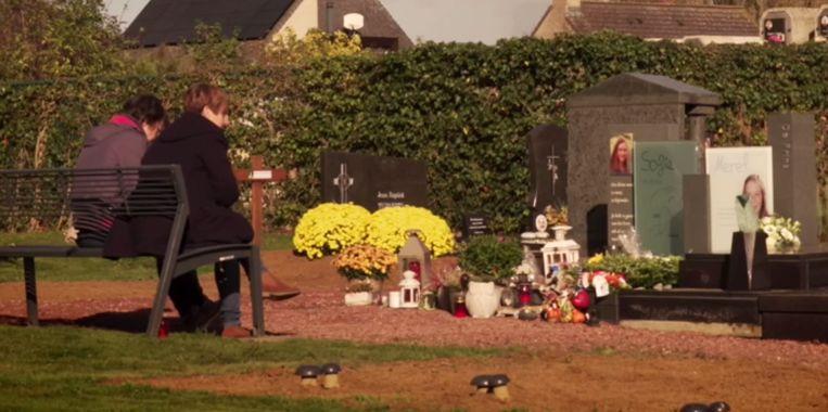 Peggy Muyldermans, bij het graf van haar dochter Merel.