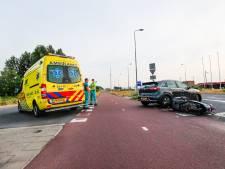Automobilist ziet scooter over het hoofd, twee gewonden