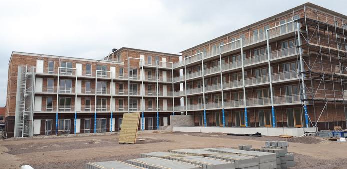 De nieuwbouw bij 't Kruispunt in Heesch, gezien vanaf het achterterrein. De extra woningen komen op de benedenverdieping links.