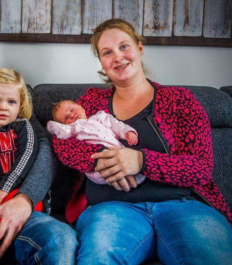 Cynthia (30) bevalt op vluchtstrook van dochtertje Vivienne: 'Dit zie je alleen in films, toch?'