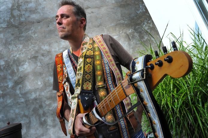 Voor elke kleur gitaar en voor ieders smaak heeft Marc Odijk uit Middelburg wel een gitaardraagband.