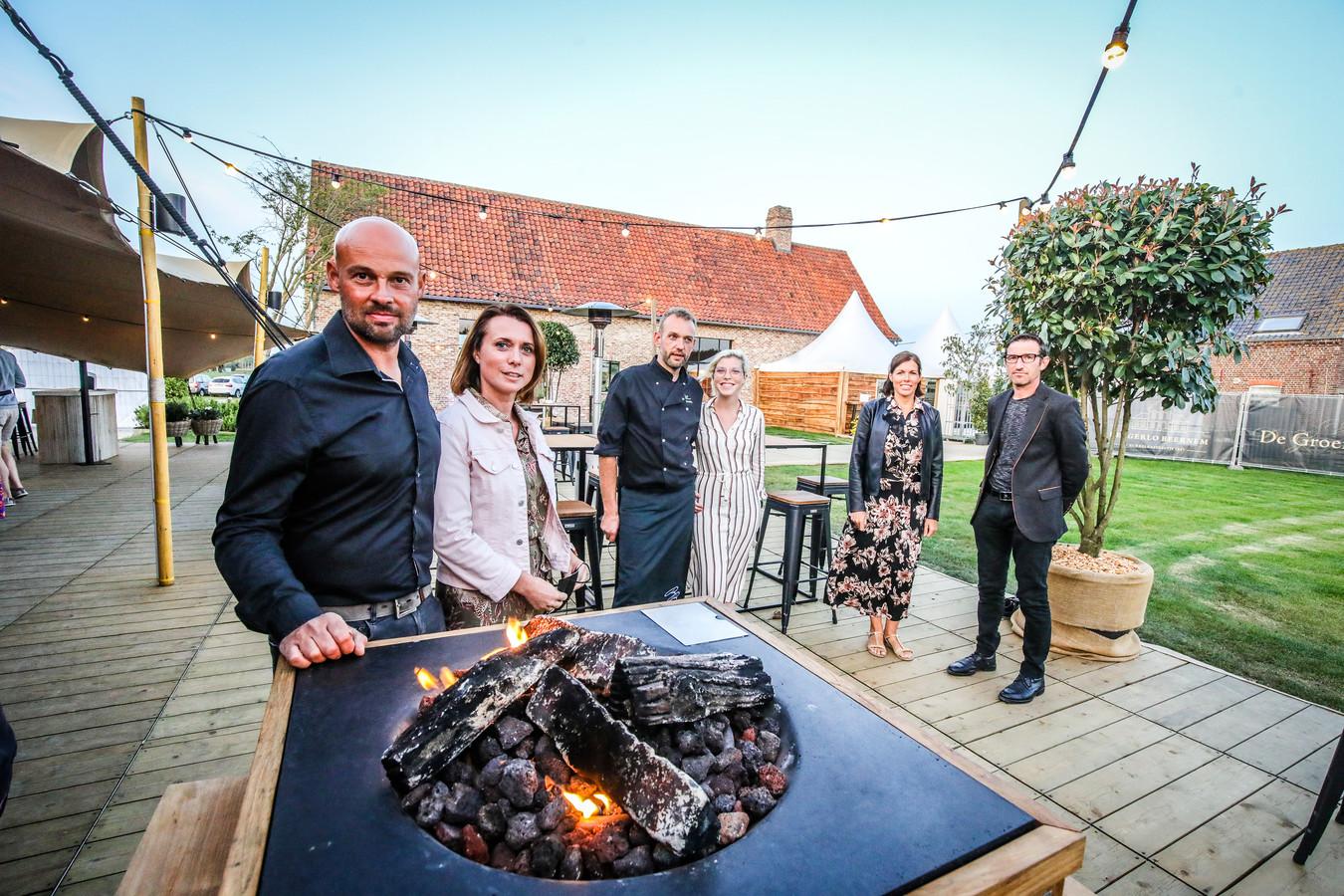 Benny Nieuwland, Sofie Breemersch en Bart Biebauw met de eigenaars van de hoeve.