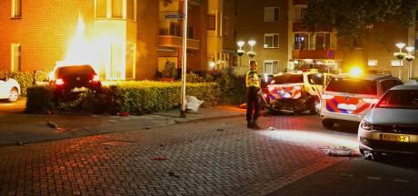 Bestuurder rijdt in op politiewagen, auto vat vlam: mogelijk lachgas in het spel