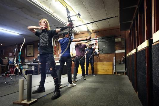 Bij schietvereniging 'Eikels worden Eiken' schiet met met handbogen op een afstand van 25 meter.  FOTO: PIX4PROFS/ RAMON MANGOLD