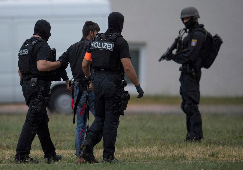 9 juni 2018. Ali B. wordt begeleid naar het hoofdkantoor van de politie in Wiesbaden, Duitsland.