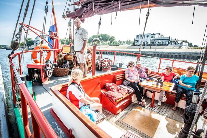 Schipper Jan Ruitenga vertelt passagiers over het Haringvliet.