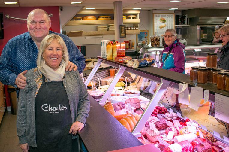 Flor en Brigitte in hun bekende en populaire buurtwinkel aan de Lepelhoekstraat.
