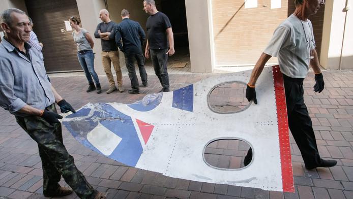 Een wrakstuk van MH17 wordt overgedragen aan onderzoekers