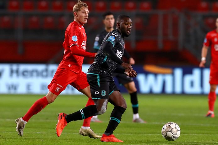 Jesse Bosch van FC Twente zit RKC'er Ola John (r) op de hielen.