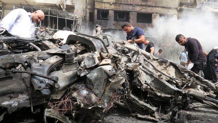 Rokende puinhopen in al-Jadeeda na de aanslag. Beeld reuters
