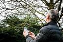 Vogels tellen met de app van de stichting Vogelbescherming Nederland. Met de app kan de soort en het aantal vogels in de tuin worden doorgegeven tijdens de Nationale Tuinvogeltelling.