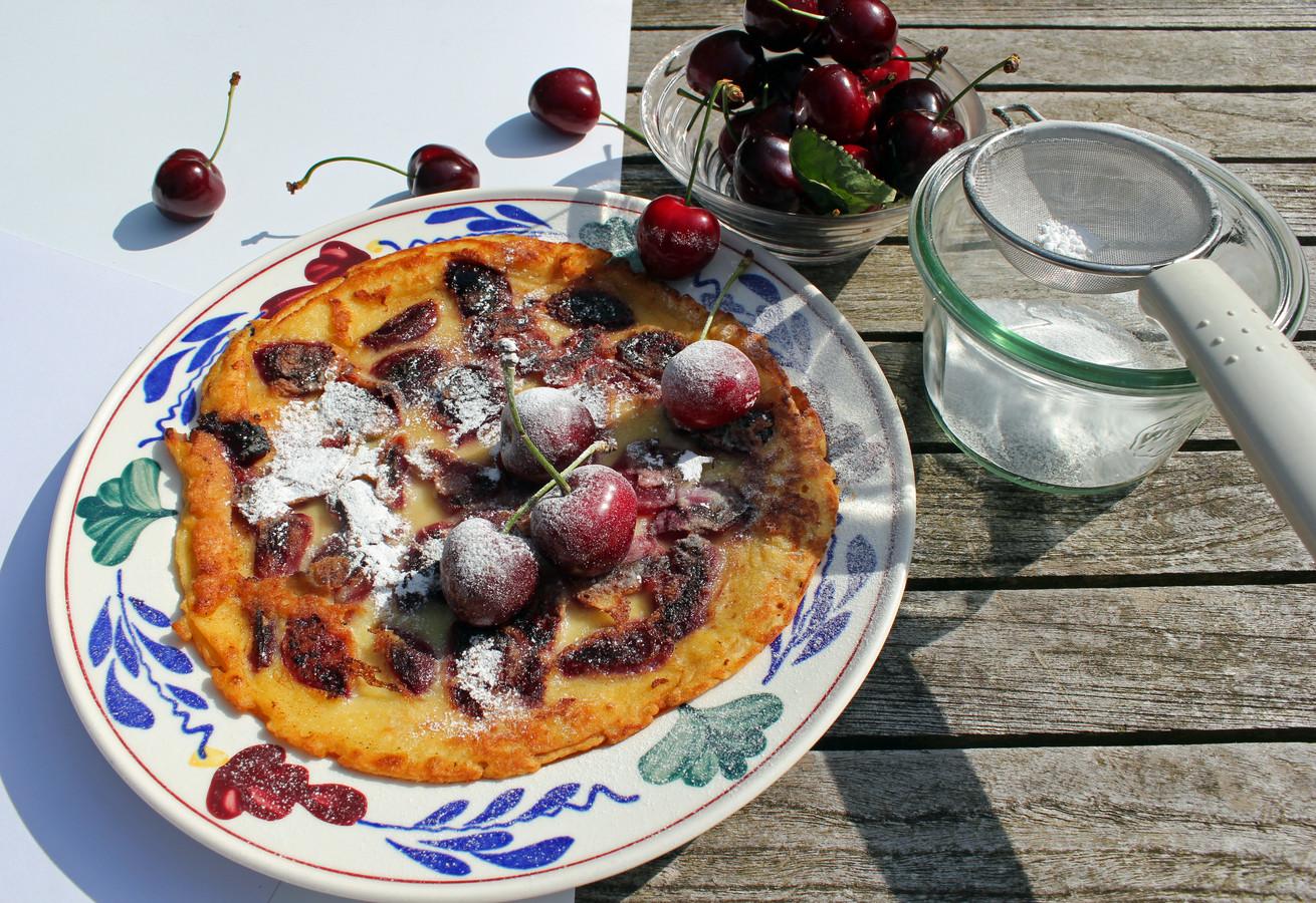 Een zoete lekkernij: kersen met suiker op een pannenkoek