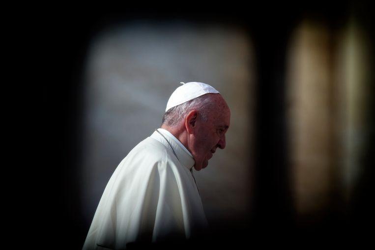Mensen die met de man in contact zijn geweest, onder wie ook paus Franciscus (83), worden nu ook getest.