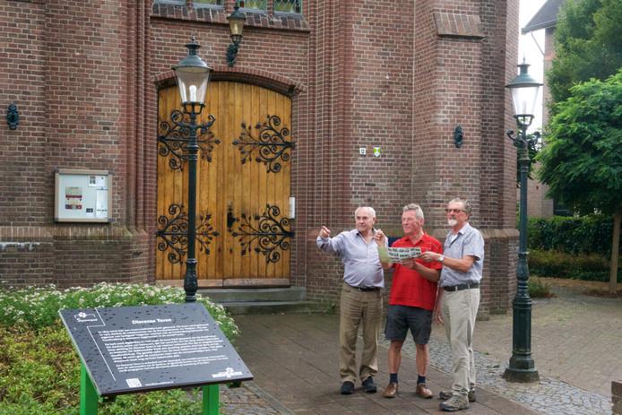 Van links naar rechts: Henk Reinders, Harry Beek en Frans Rijneveld bij de Dierense Toren. Op de voorgrond het informatieve bord over de toren van de Dieren voor Dieren.