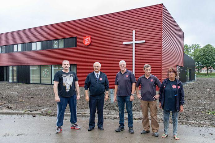 Coördinator Rien Heijboer (tweede van links) te midden van de vrijwilligers Ron, Udo, Sjaak en Conny (vlnr).
