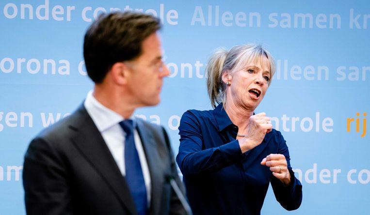 Premier Mark Rutte en Gebarentolk Corine Koolhof die dinsdagavond haar debuut maakte.  Beeld ANP