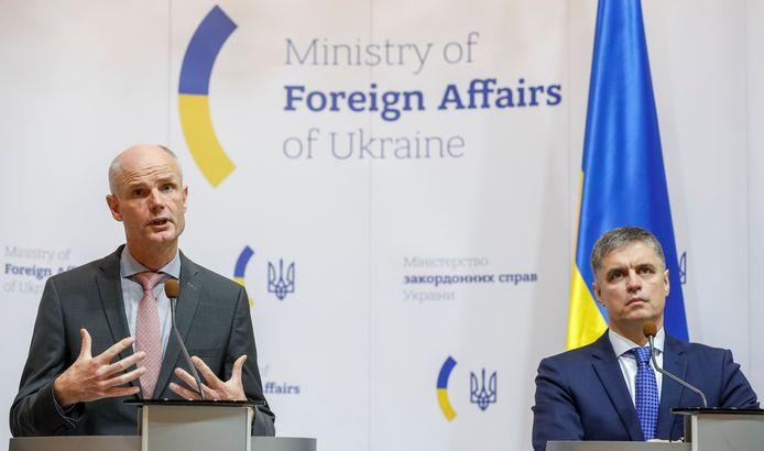 Minister Stef Blok geeft samen met zijn Oekraïense ambtsgenoot Vadym Prystaiko een persconferentie