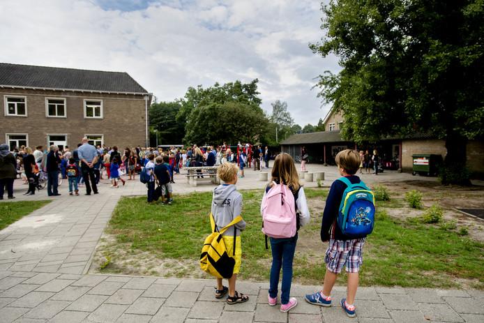 Kinderen op een schoolplein. Afbeelding ter illustratie