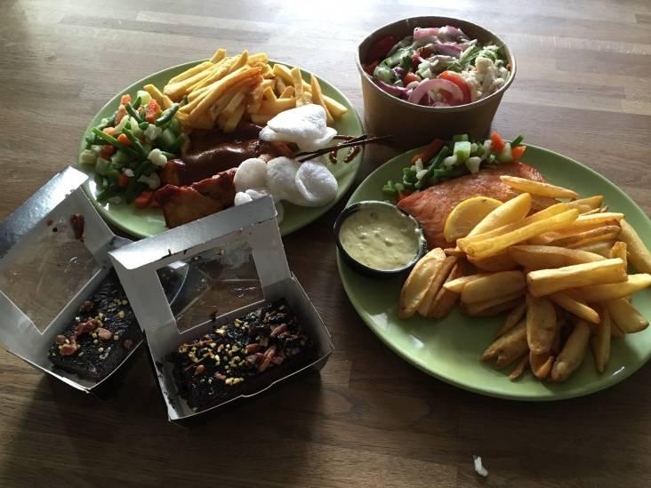 Niet uit eten, dus bestelden we bij De Beren: Veel plastic, goede saté en het eten precies op tijd op de deurmat