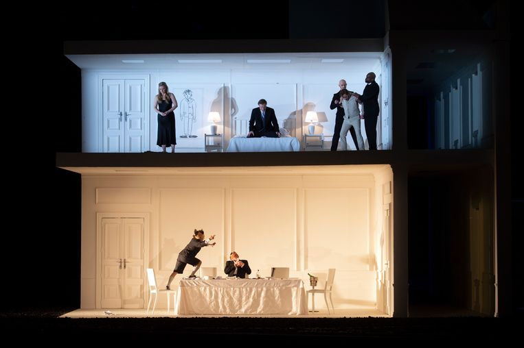 Het opengewerkte, witte huis (ontwerp Christian Schmidt) in 'Rodelinda' bij De Nationale Opera. Beeld Monika Rittershaus/DNO